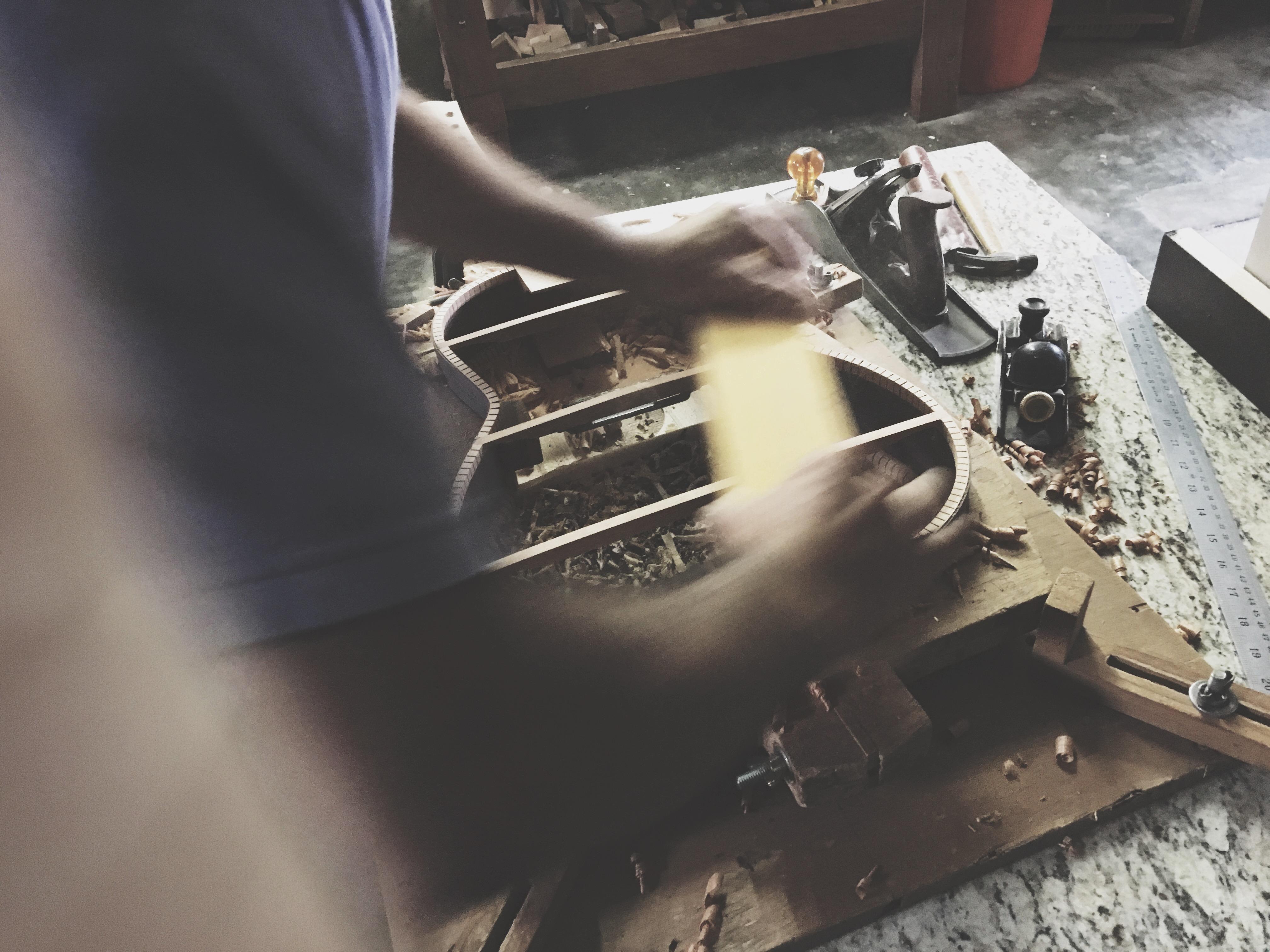 Luthier Pepineli construindo Viola Caipira