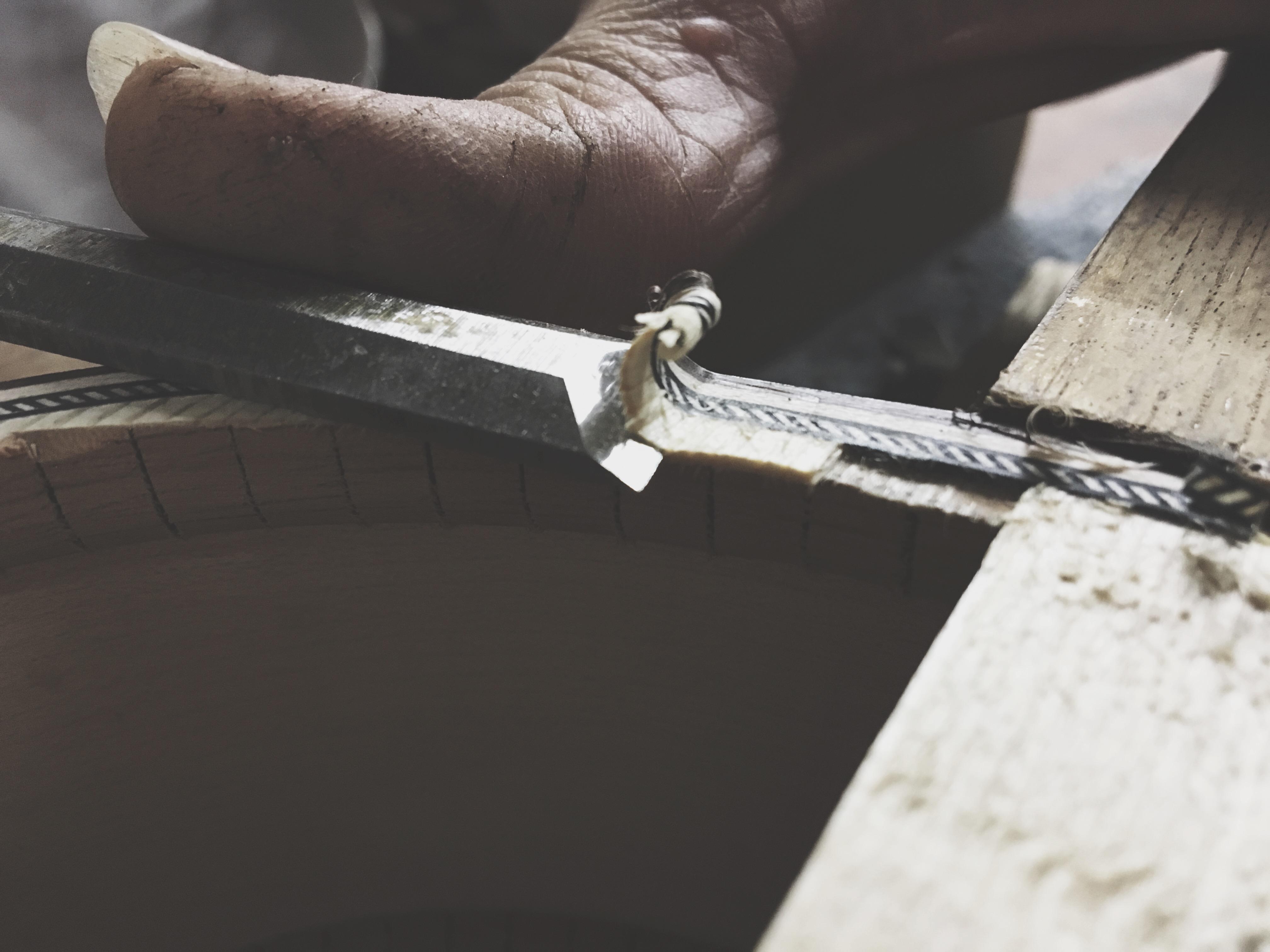 Luthier Pepineli restaurando Violão